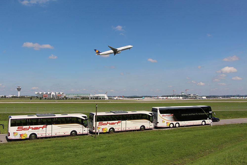 Scharf Reisebus am Flughafen