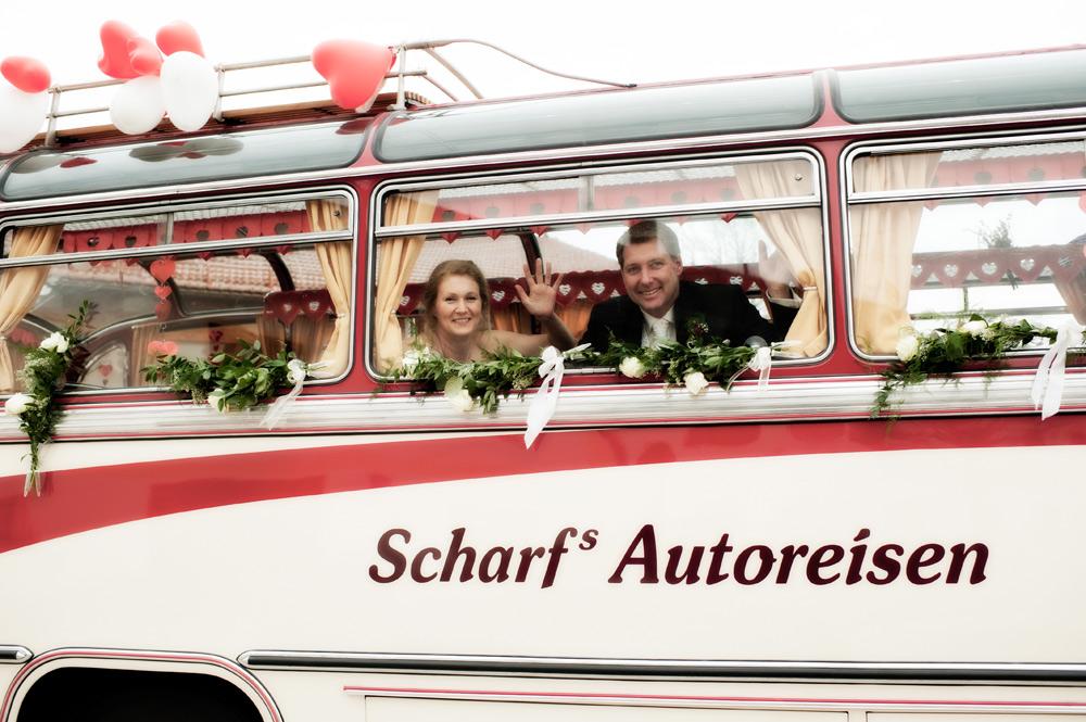 Scharf Oldtimer mit Hochzeitsschmuck