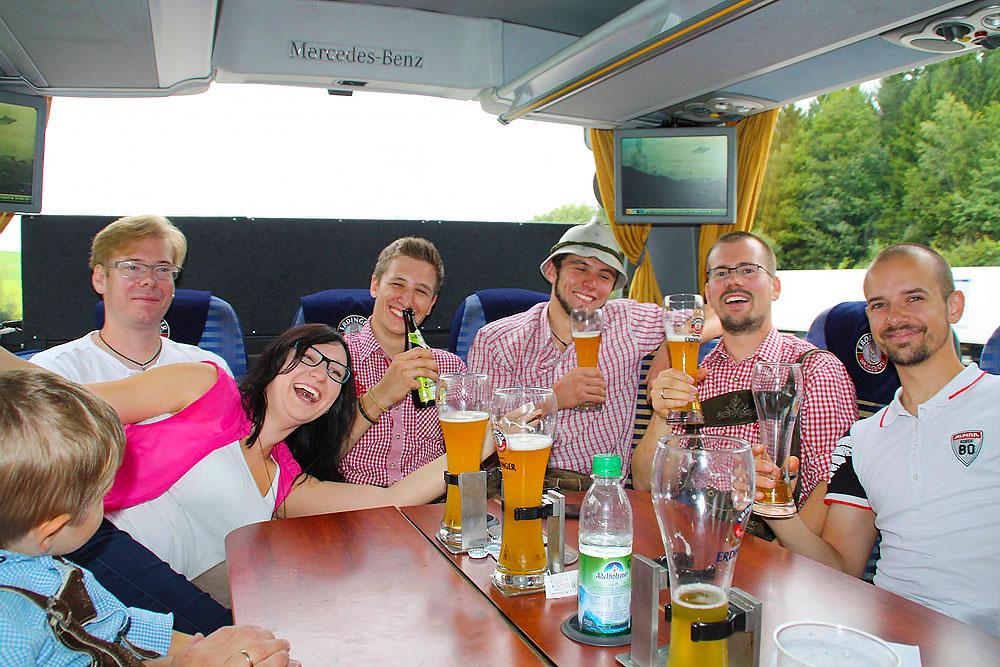 beim Busreise feiern